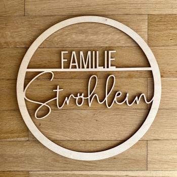 Personalisierter Türkranz aus Holz - Familie mit filigraner Schrift